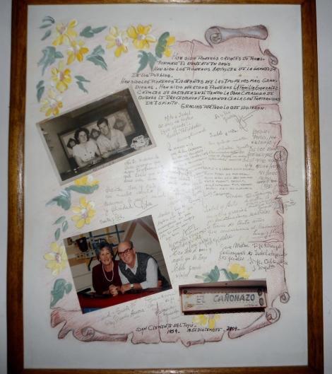 Pergamino recordatorio de EL CAÑONAZO. En las fotos Mito e Isabel en la inauguración y el cierre.