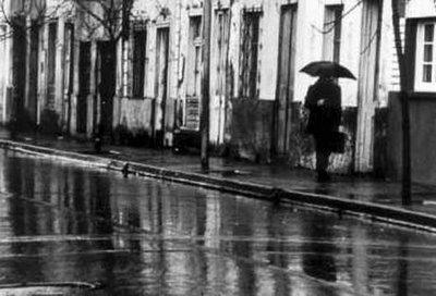 hombre caminando en lluvia