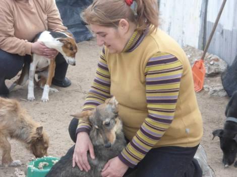 Gabriela Falaguerra con un cachorro agradecido