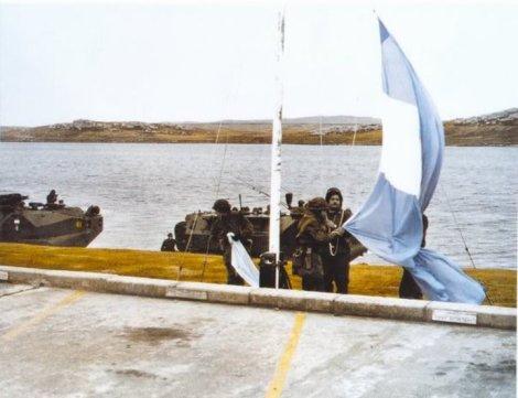 izamiento del pabellón argentino el 2 de abril de 1982