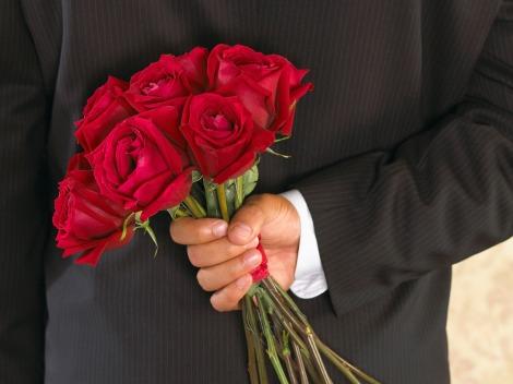 hombre con flores